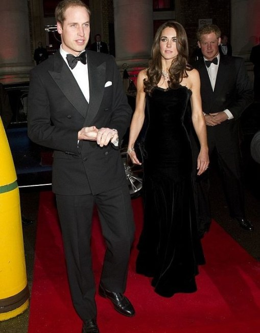 Кейт Миддлтон показала худенькую фигуру в облегающем платье |